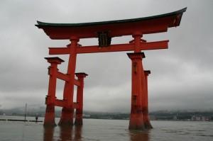 Le torii de miyajima qui commence à avoir les pieds dans l'eau