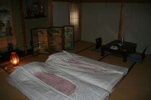 Quand on revient du soupe, les lits sont faits. Ils nous ont souhaité bonne nuit à 19:45 (!).