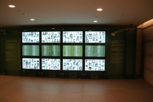 Les noms des 16281 victimes connues de la bombe; on estime à 150000 le nombre de victimes réelles