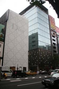 Les japonais doivent se demander pourquoi les magasins de luxe sont si petits à l'