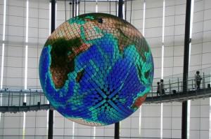 Un écran sphérique qui représente notre globe