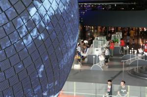 Les différents ateliers scientifiques (cachés derrière le globe)