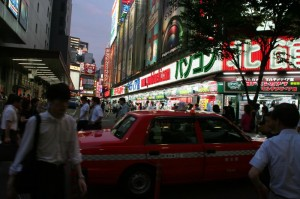 Enseignes lunieuses près de Shinjuku