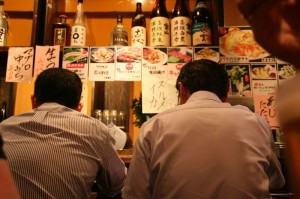 Le resto du soir (deux salarymen installés au comptoir)