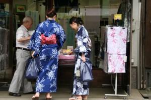 Quelques dames portent encore le kimono