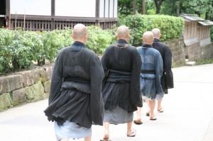 On croise un quartet de moines. Remarquez leur manière de se chausser...