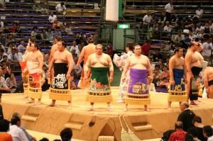 Les lutteurs se présentent au public dans leurs plus beaux atours