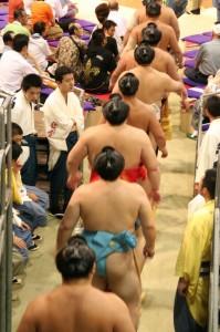 L'arrivée des lutteurs de la deuxième division (uzeki)
