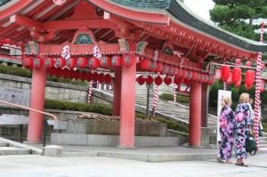 La porte du temple Inari (avec deux touristes déguisées)