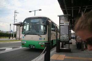 """C'est notre bus? Ben oui, c'est marqué """"Horyu-Ji""""! Tu sais pas lire ou quoi?"""